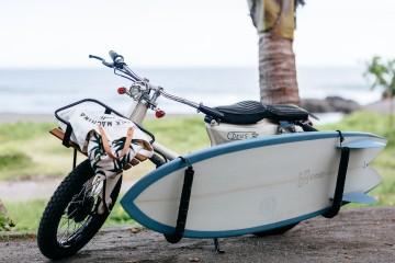 Tak powinien wyglądać motocykl, kt&oacute;ry z łatwością pomieści twoją deskę surfingową<