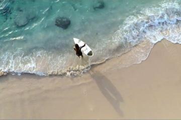 Dzień z życia surferki. Zobaczcie nieprawdopodobne ujęcia nakręcone dronem<