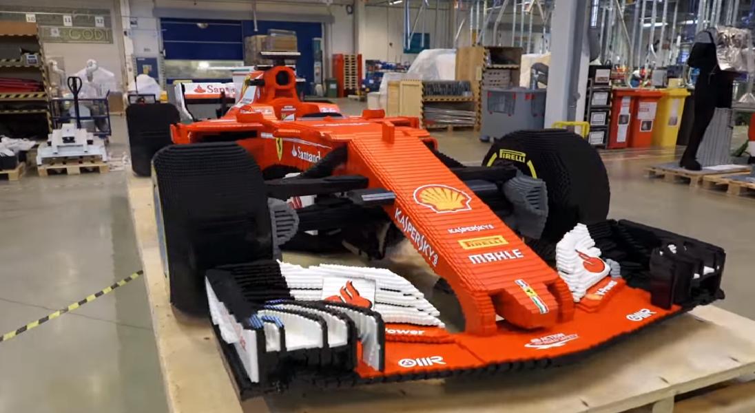 Zobaczcie jak z 350 000 klocków LEGO zbudowano replikę bolidu Ferrari