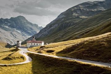 Majestatyczne włoskie Alpy i dwa szybkie modele Porsche. Ten klip sprawi, że na chwilę zapomnicie o obowiązkach