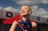 Elle Fanning stawia na dobrą zabawę na torze wyścigowym w nowej kampanii Miu Miu