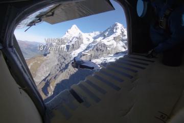 Zobaczcie, jak dwóch base jumperów wskakuje do lecącego samolotu