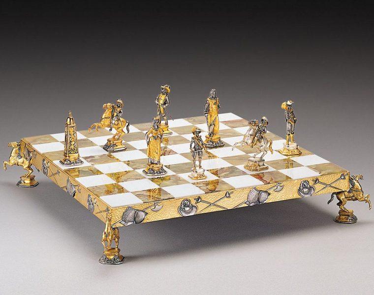 Ręcznie rzeźbione szachy z historycznym motywem sprawią, że każda partia zamieni się w pole bitwy