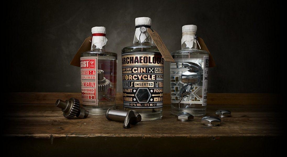 The Archeologist to gin, w którym zanurzone są części pochodzące z silników Harley-Davidson