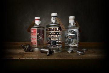 The Archeologist to gin, w kt&oacute;rym zanurzone są części pochodzące z silnik&oacute;w Harley-Davidson<