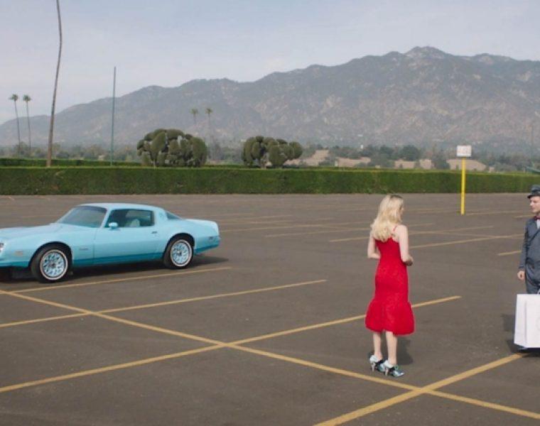 Elijah Wood, jako listonosz w świątecznej kampanii Prady, dostarcza wymarzoną przesyłkę dla Emmy Roberts i Amber Valletty
