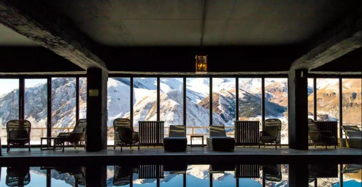 Jeden z najpiękniejszych hoteli na świecie ukryty jest w g&oacute;rach Gruzji<