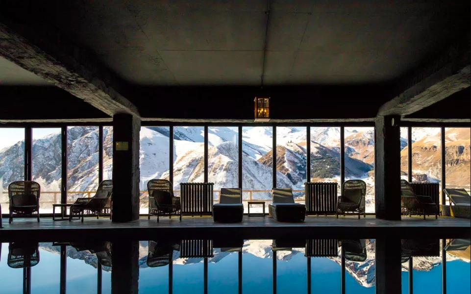 Jeden z najpiękniejszych hoteli na świecie ukryty jest w górach Gruzji