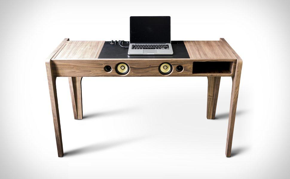 Takiego biurka jeszcze nie widzieliście. Wewnątrz ma aż 6 głośników