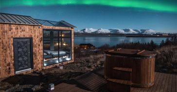 Kabina wypoczynkowa z panoramicznym oknem pozwala na podziwianie zorzy polarnej przez całą dobę
