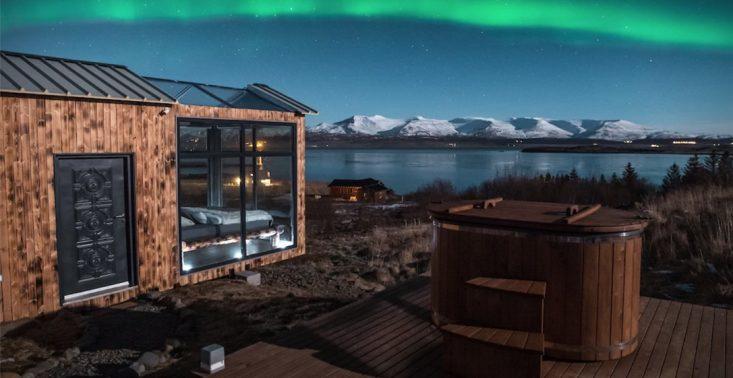 Kabina wypoczynkowa z panoramicznym oknem pozwala na podziwianie zorzy polarnej przez całą dobę<