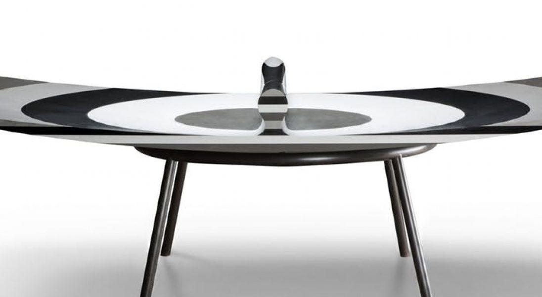 10 LAYERS to stół do ping ponga z zakrzywionym blatem, który spowalnia grę