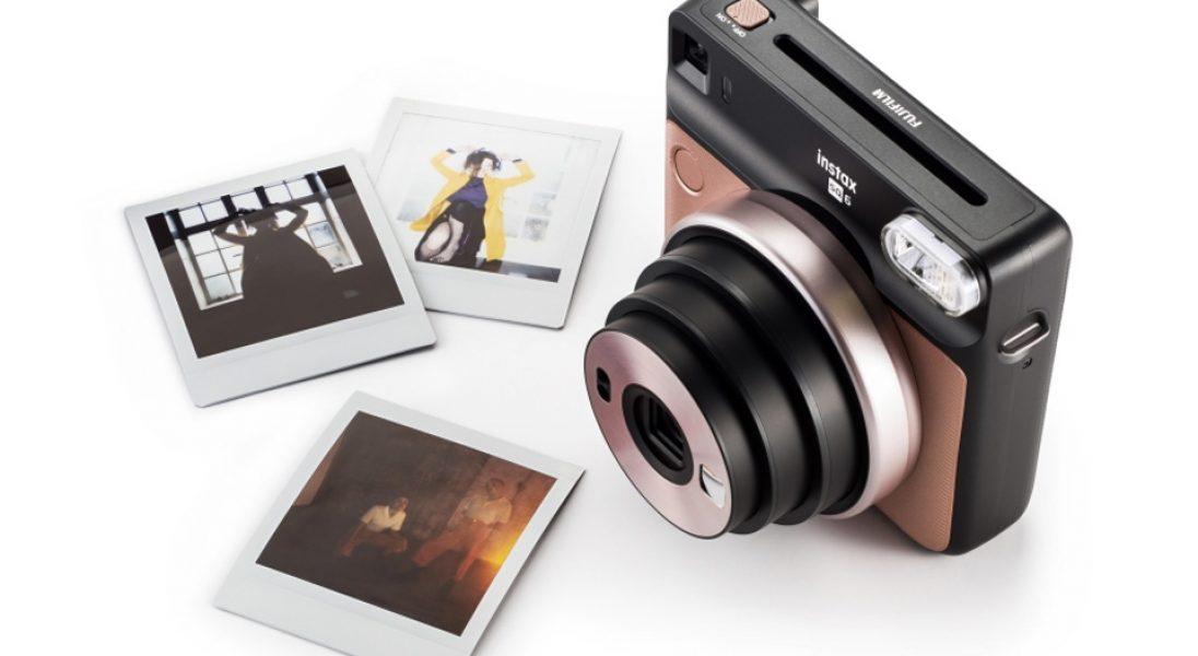 Nowy Instax Square SQ6 z funkcją drukowania kwadratowych zdjęć, to idealny wakacyjny gadżet