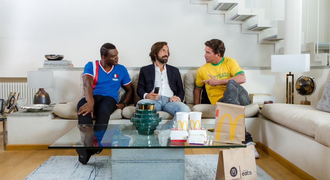 Włosi nie jadą na Mundial, ale Andrea Pirlo nie zamierza rezygnować z kibicowania. Pomaga mu w tym McDonald's i Uber Eats