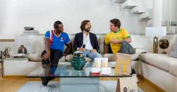 Włosi nie jadą na Mundial, ale Andrea Pirlo nie zamierza rezygnować z kibicowania. Pomaga mu w tym McDonalds i Uber Eats
