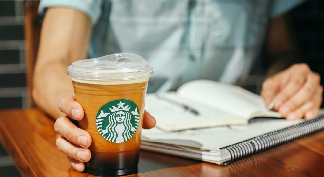 Starbucks wycofuje plastikowe słomki. Zastąpią je kubki niekapki