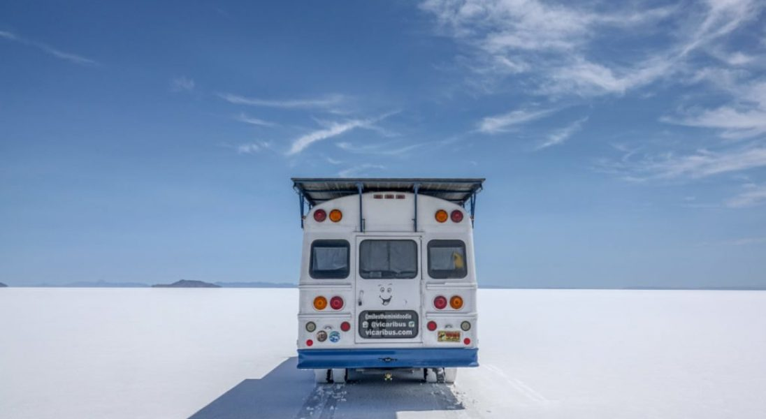 Para zmieniła szkolny autobus w kamper napędzany energią słoneczną