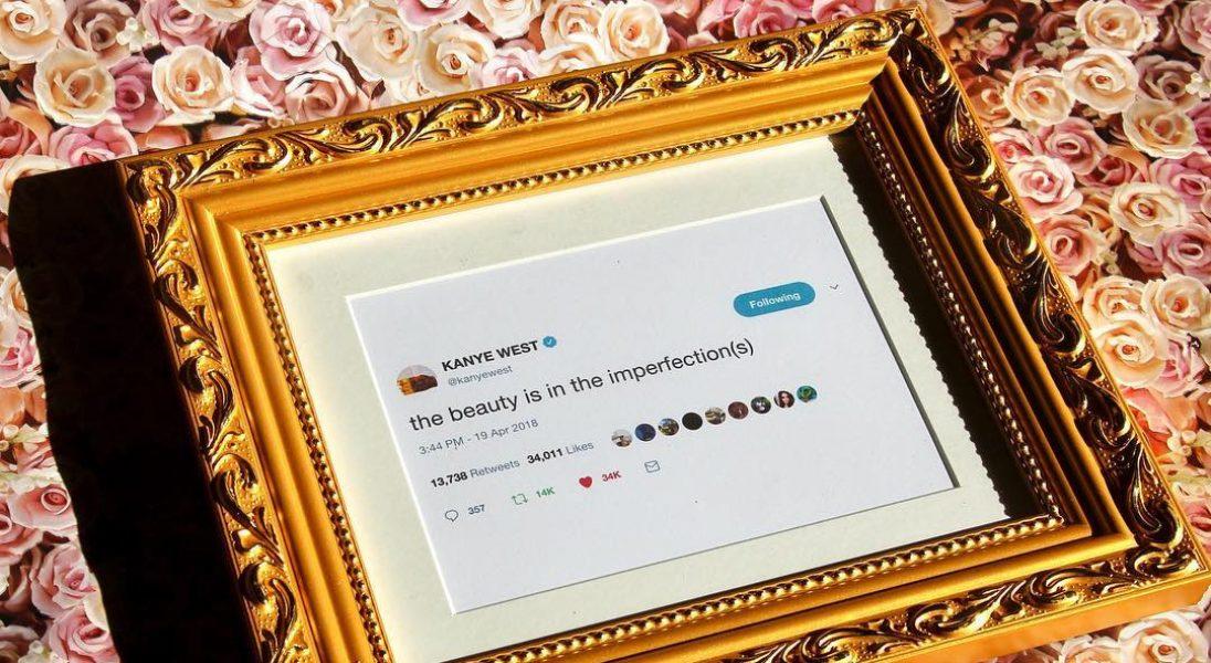 Powieś na ścianie tweety Kanye Westa oprawione w złotą ramkę