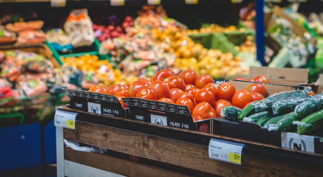 """Koniec z wyrzucaniem przez sklepy """"uszkodzonych"""" owoców i warzyw? Lidl będzie je sprzedawać"""