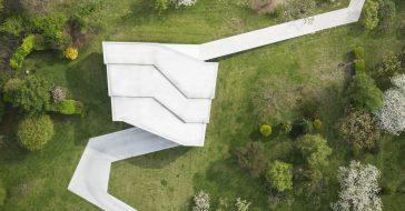 Nowy projekt Roberta Koniecznego to dom owinięty ścieżką. Zobaczcie Dom po drodze