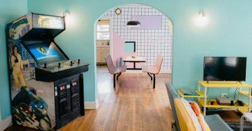 Jesteś fanem estetyki lat 80.? To mieszkanie dostępne na Airbnb przeniesie cię w czasie
