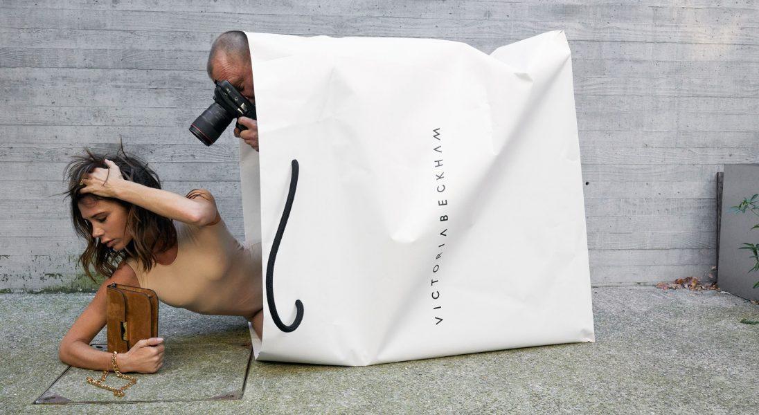 Victoria Beckham świętuje 10-lecie swojej marki w wielkiej torbie ze swoim nazwiskiem