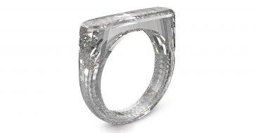 Główny projektant Apple stworzył pierścionek wycięty z diamentu. Zyski ze sprzedaży pójdą na cele charytatywne