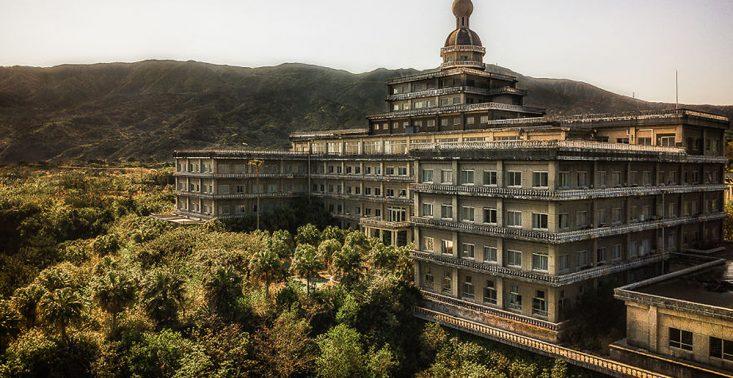 Budzący niepok&oacute;j, a jednocześnie piękny. Tak wygląda opuszczony hotel w Japonii<