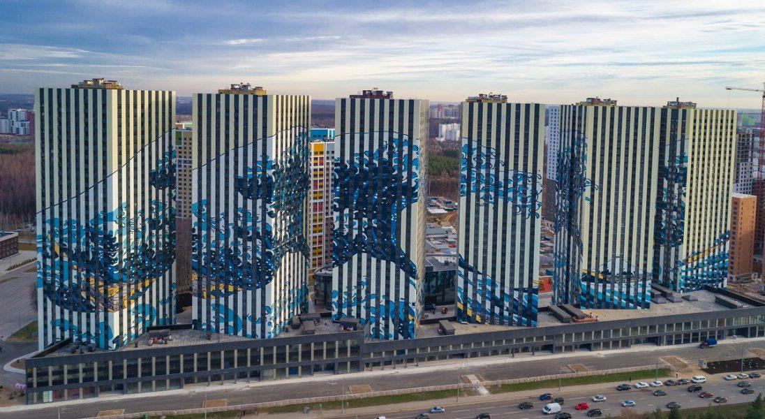 """Słynny, japoński drzeworyt """"Wielka Fala w Kanagawie"""" pojawił się w formie muralu na osiedlu w Moskwie"""
