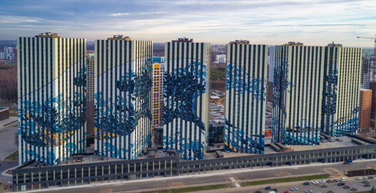 Słynny, japoński drzeworyt &quot;Wielka Fala w Kanagawie&quot; pojawił się w formie muralu na osiedlu w Moskwie<