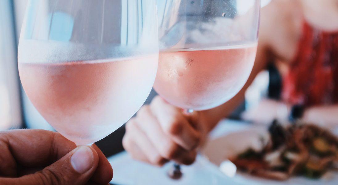 Różowe wina - dlaczego były owiane złą sławą i za co dzisiaj warto je docenić?