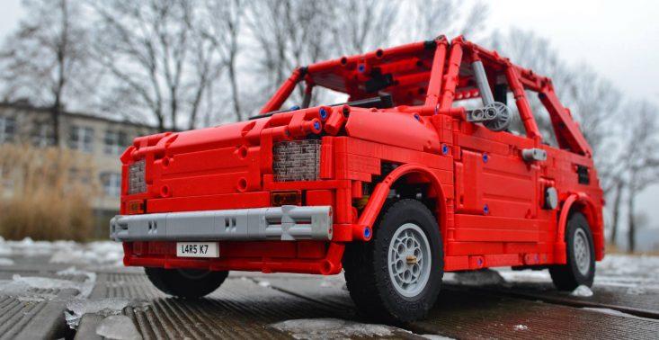 Polski fan LEGO zbudował z klock&oacute;w jeżdżącego Fiata 126p<