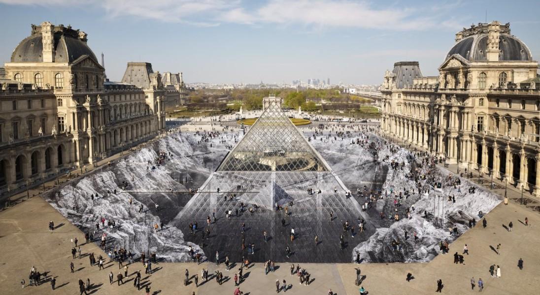 Luwr świętuje 30. urodziny szklanej piramidy niezwykłą instalacją. Niestety została już zniszczona przez turystów