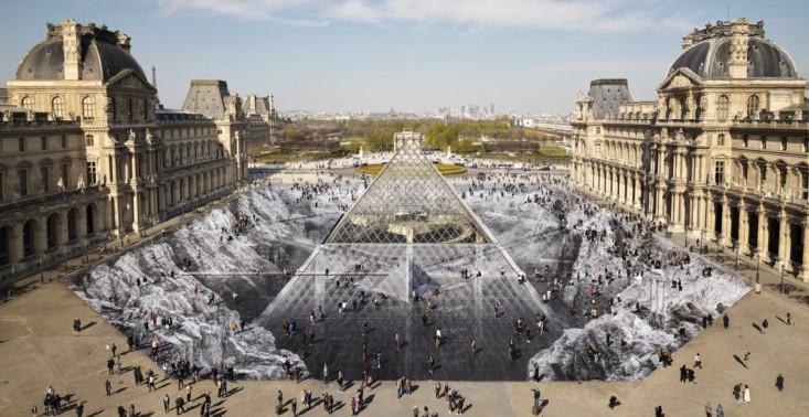 Luwr świętuje 30. urodziny szklanej piramidy niezwykłą instalacją. Niestety została już zniszczona przez turystów<