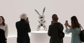 Metalowy królik Jeffa Koonsa sprzedany za 91 mln dolarów – to rekordowa kwota za dzieło żyjącego artysty