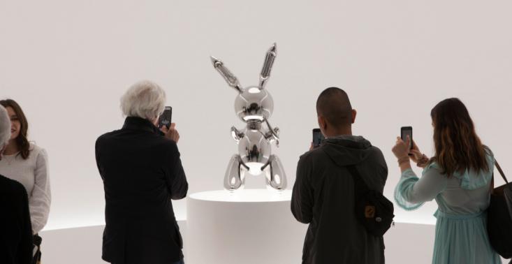 Metalowy kr&oacute;lik Jeffa Koonsa sprzedany za 91 mln dolar&oacute;w &ndash; to rekordowa kwota za dzieło żyjącego artysty<