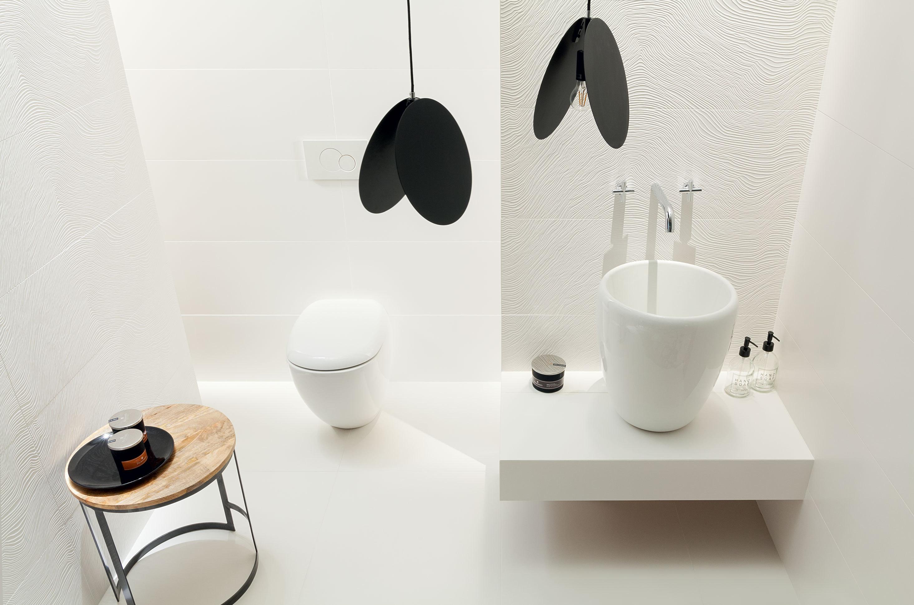 Monochromatyczne Wnętrze łazienki Z Kolekcją Płytek Tubądzin