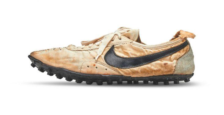 """Buty marki Nike ,,Moon Shoe"""" sprzedano za rekordową kwotę 1,6 mln złotych<"""
