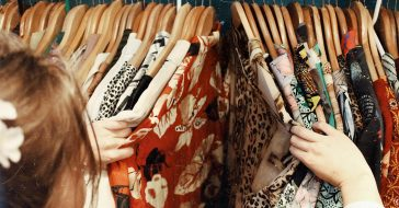 Z jakich materiałów kupować ubrania? Oto jakościowe i bezpieczne dla środowiska włókna