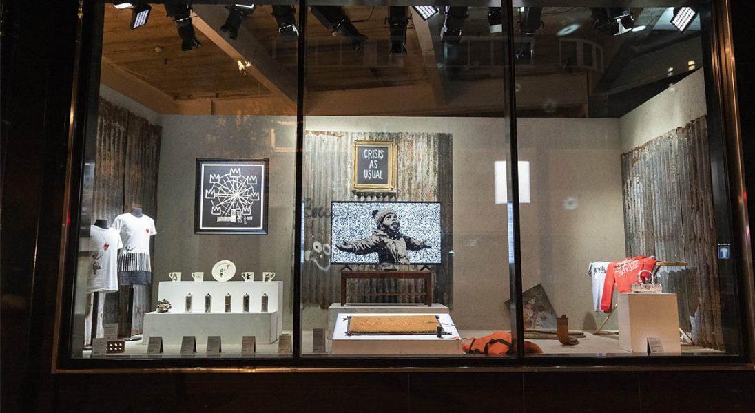 """Banksy otworzył w Londynie sklep z ,,niepraktycznymi i obraźliwymi"""" rzeczami"""
