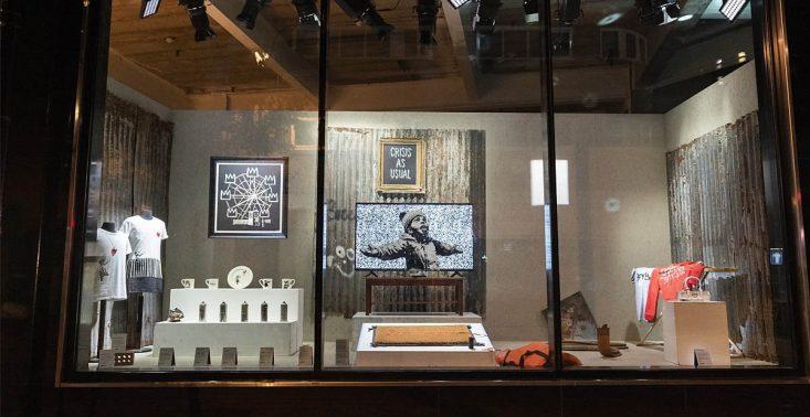 """Banksy otworzył w Londynie sklep z ,,niepraktycznymi i obraźliwymi"""" rzeczami<"""