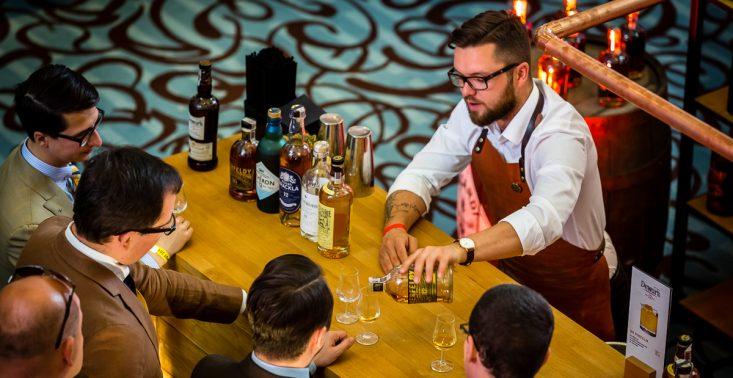 """""""Whisky udało się skraść kawałek tortu należącego do kategorii wódki."""" O rynku whisky w Polsce rozmawiamy z Jarosławem Bussem<"""