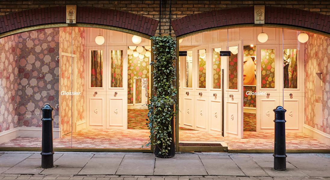W Londynie pojawił się kolorowy pop-up store marki Glossier