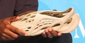 Kanye West pokazał prototyp swoich nowych butów – są wykonane z pianki z glonów i przypominają Crocsy
