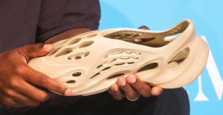 Kanye West pokazał prototyp swoich nowych butów – są wykonane z pianki z glonów i przypominają Crocsy<