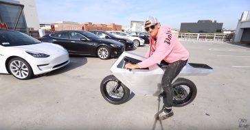 Youtuber Casey Neistat testuje rower inspirowany Cybertruckiem Tesli