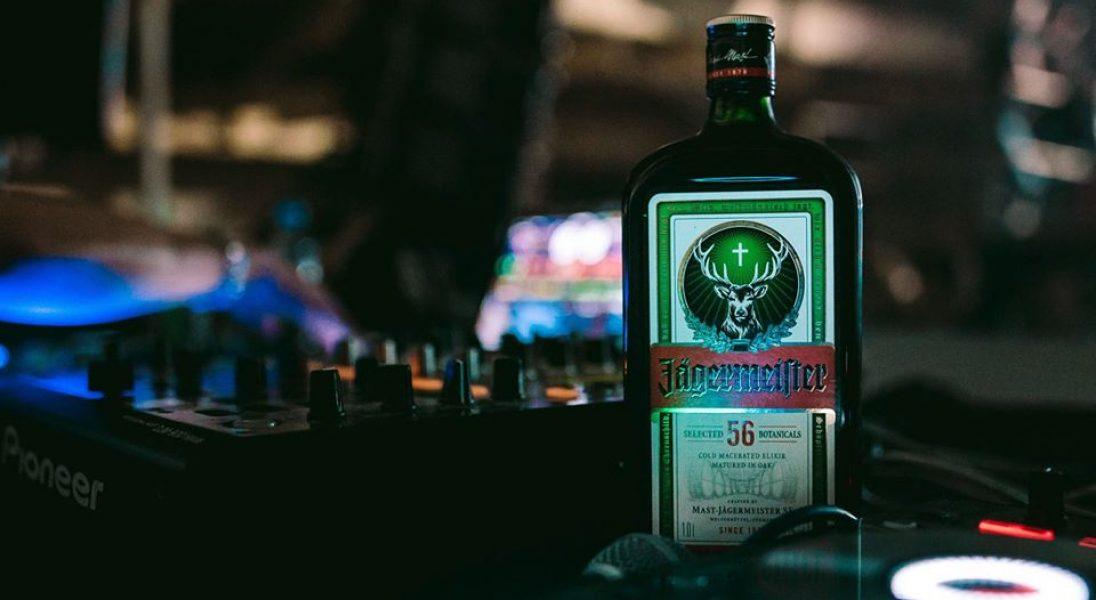 Jägermeister włącza się w walkę z koronawirusem – marka przekazała 50 tys. litrów alkoholu na produkcję środków dezynfekujących