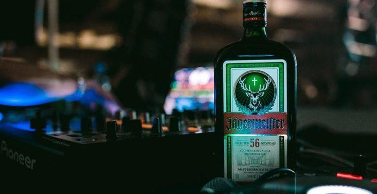 Jägermeister włącza się w walkę z koronawirusem – marka przekazała 50 tys. litrów alkoholu na produkcję środków dezynfekujących<