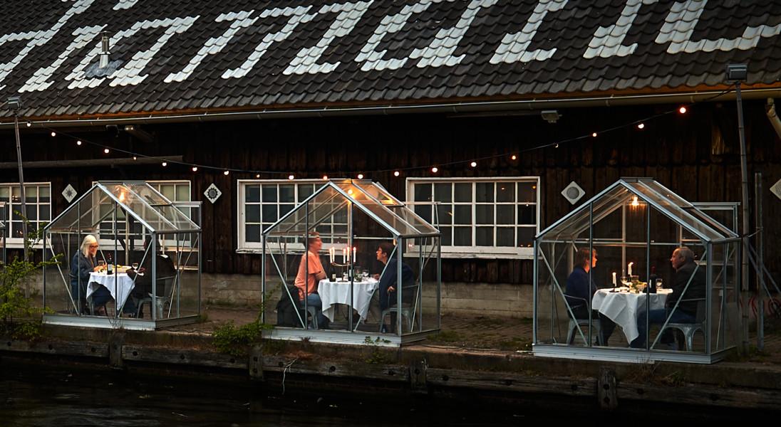 """Holenderska restauracja umieściła stoliki w ,,szklarniach"""", by umożliwić klientom zachowanie dystansu społecznego"""