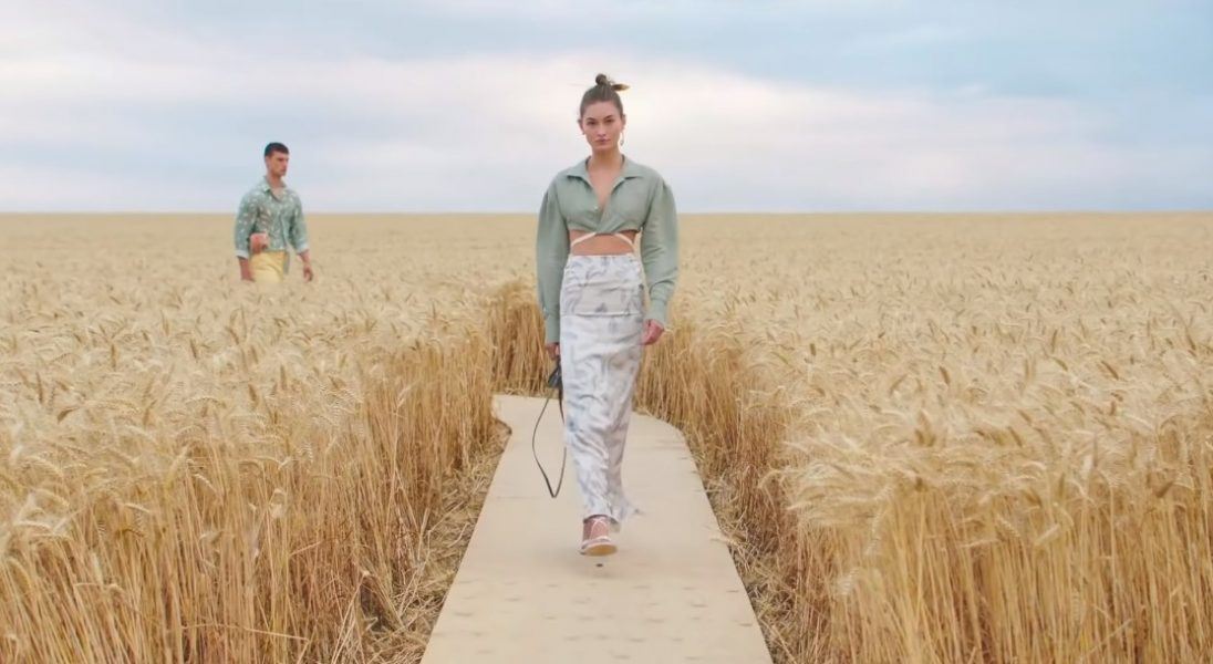O tym pokazie mówią wszyscy – Jacquemus pokazał nową kolekcję wśród pola pszenicy
